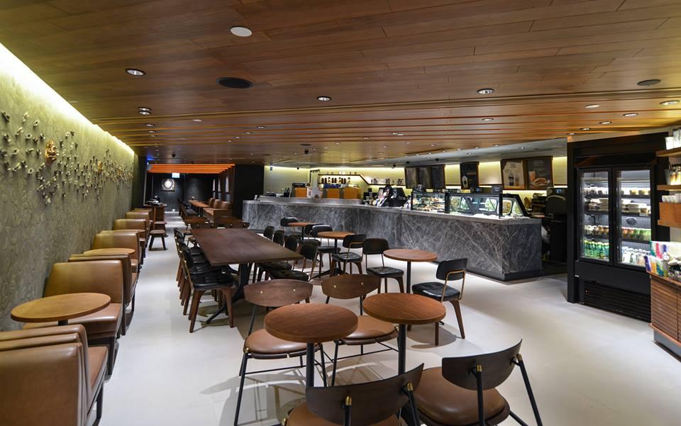 香港の中環(セントラル)駅直結のオフィス兼ショッピングモール「 Alexandra House」内にあるスターバックスの店内。テーブル席