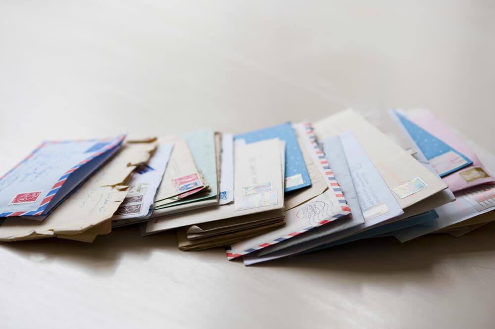 たくさんの封筒(国際郵便のイメージ画像)