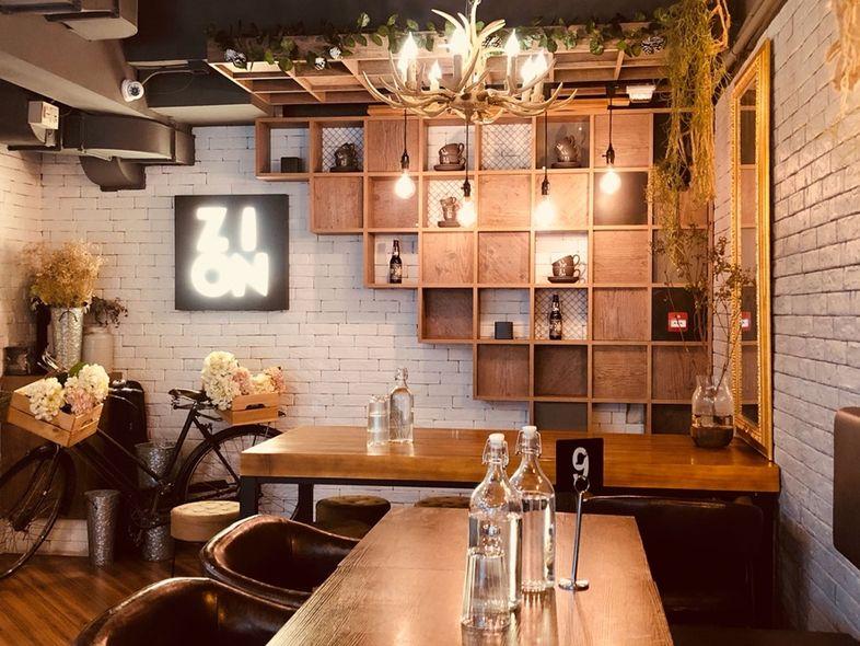 西營盤駅のB1出口の目の前にあるカフェ「Coffee by Zion」の内装
