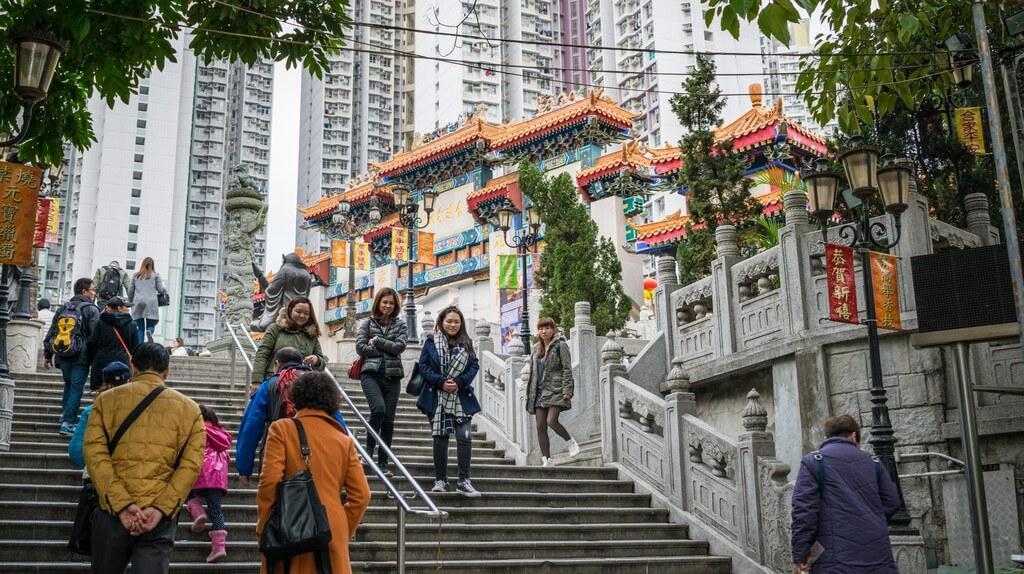 香港のお寺「嗇色園黄大仙廟(ウォンタイシン)」前の階段