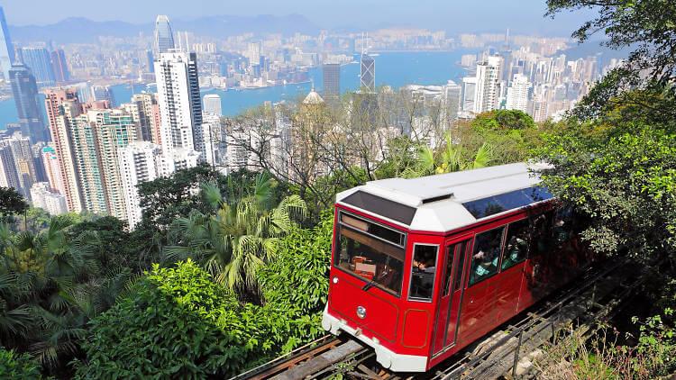 香港の観光地「ピークタワー」から撮影したピークトラム
