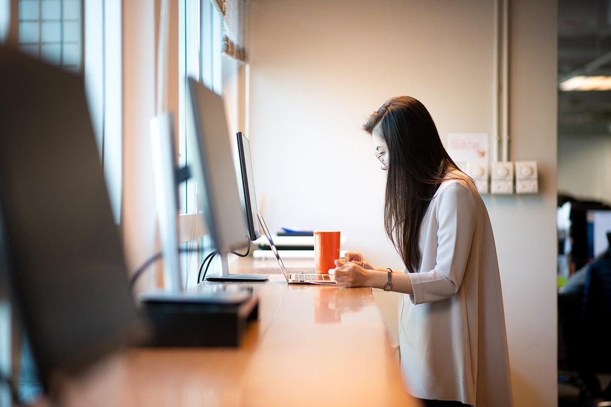 香港の会社「LALAMOVE」の女性従業員がパソコンで仕事をする様子