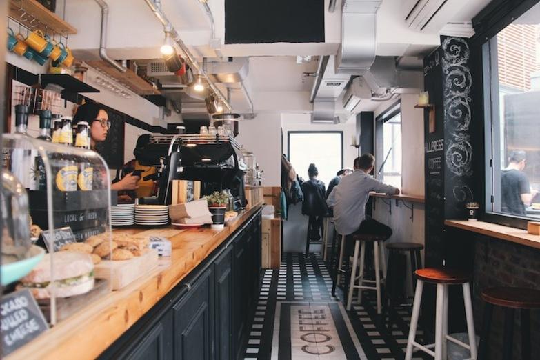 西営盤にあるお洒落カフェ「Winston Coffee」の店内
