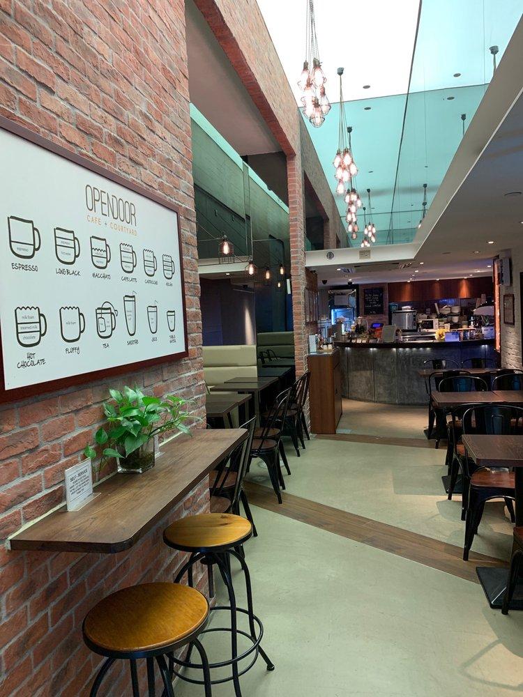 西營盤駅A1出口を出てすぐのところにある「Opendoor Cafe+Courtyard」の店内