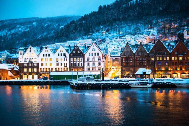 ノルウェー最北部に近い町ホニングスヴォーグの冬の街並み