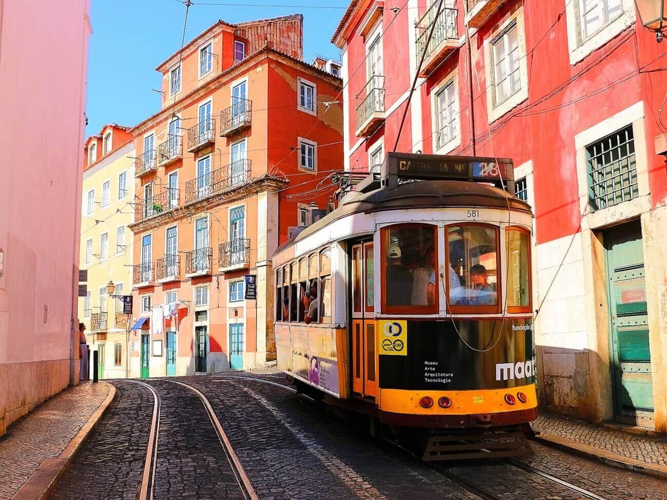 ポルトガルのカラフルな街中を走行する路面電車