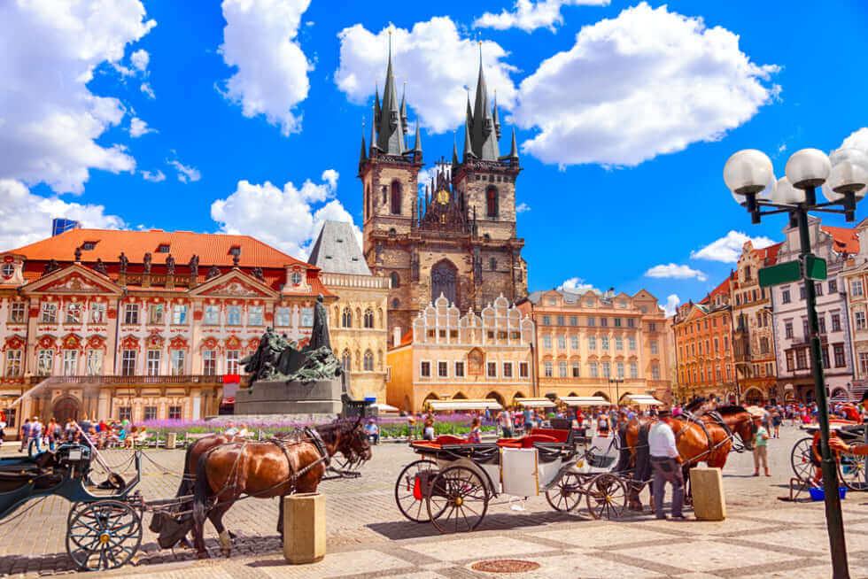 チェコプラハの街並みと馬車