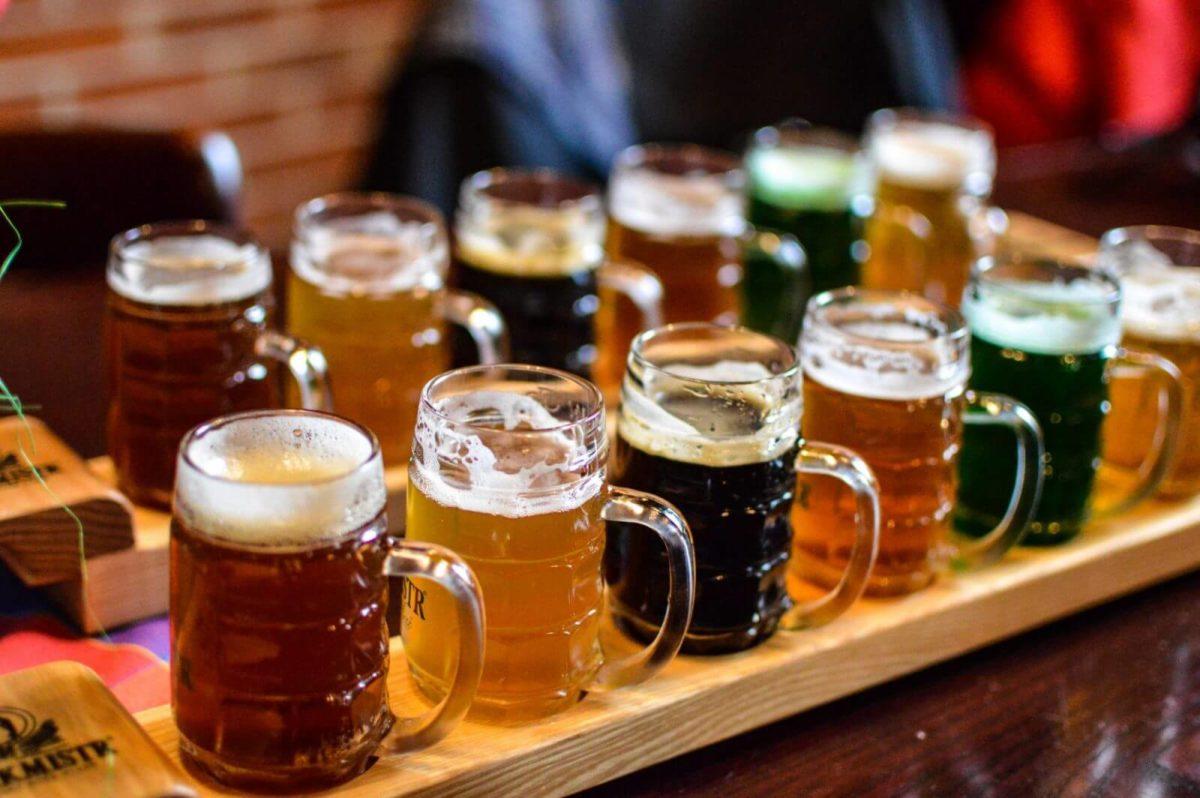 たくさん並ぶチェコビールジョッキ