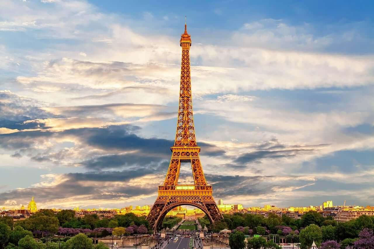 フランスの首都パリにあるエッフェル塔