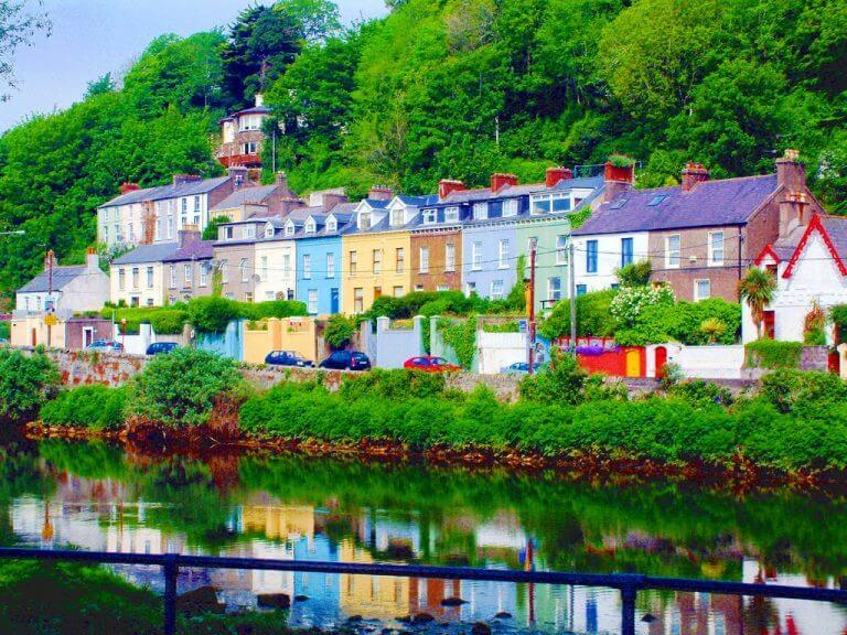アイルランドのウェストコークにある漁村「キンセール」のカラフルな家