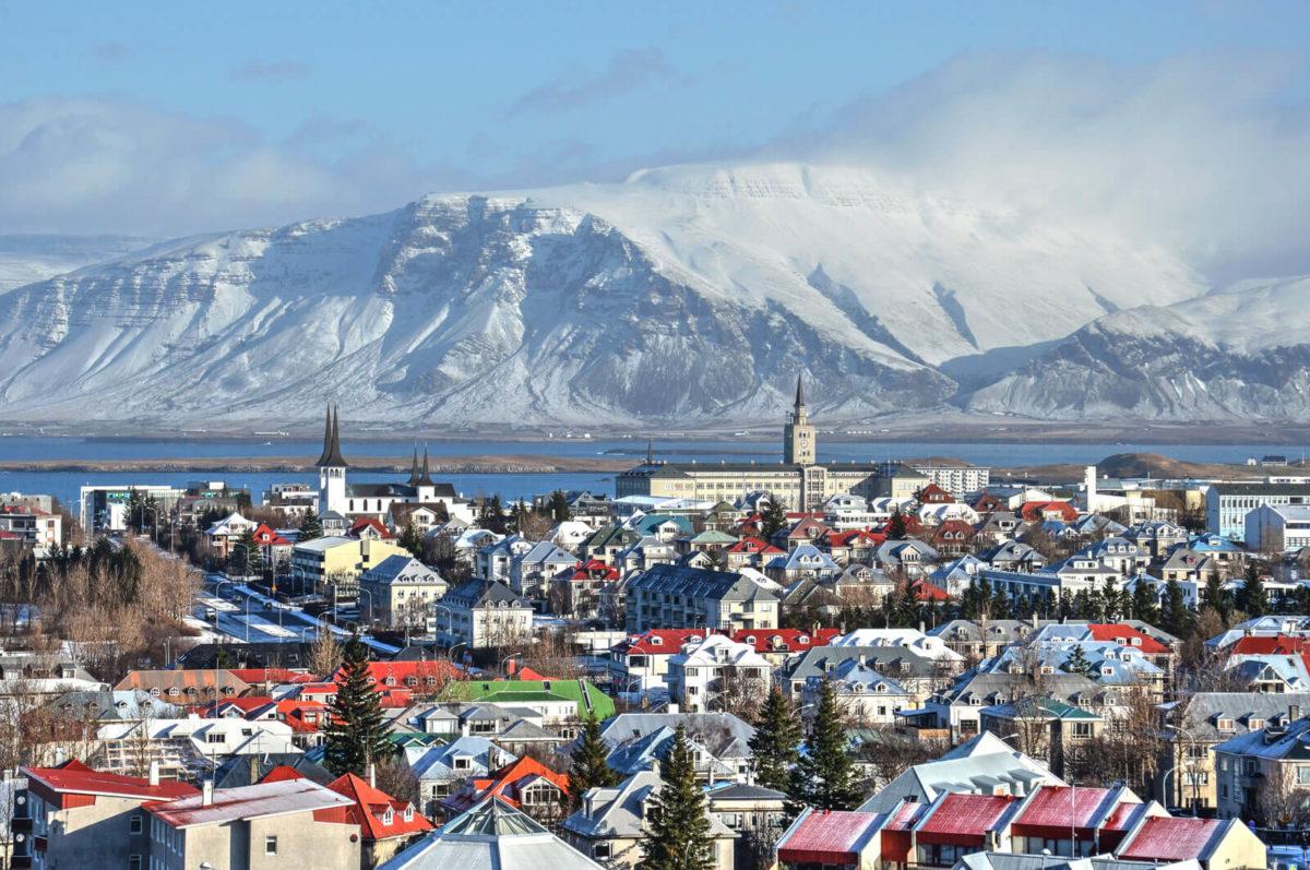 アイスランドの首都レイキャビクの町と山
