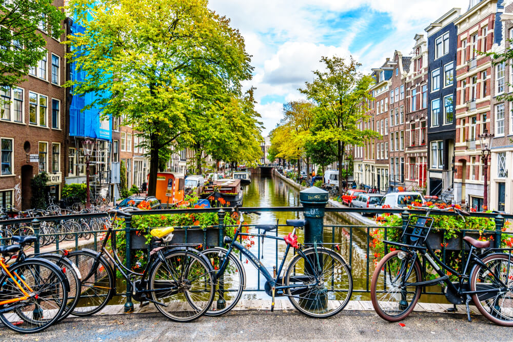 オランダの首都アムステルダム市内の街中に風景と自転車