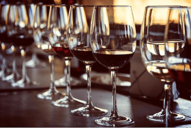 ワイングラスの注がれたチリのワイン