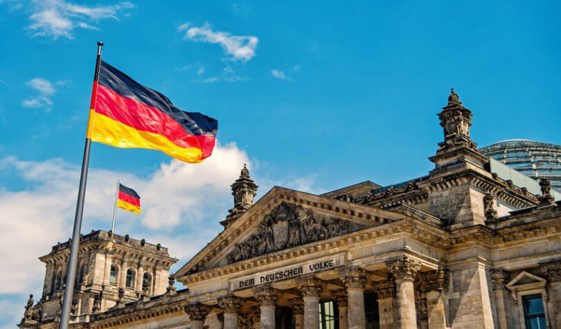 ドイツの国旗と国会議事堂