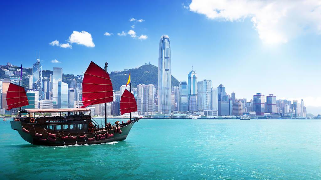 香港の九龍と香港島の間にある海と船の風景画像