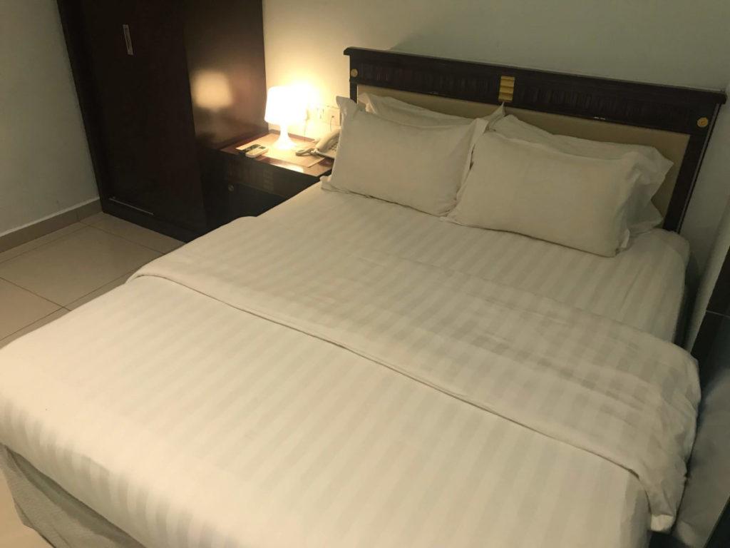 W HOTEL内向き(窓なし)クイーンルームのクイーンサイズベッド