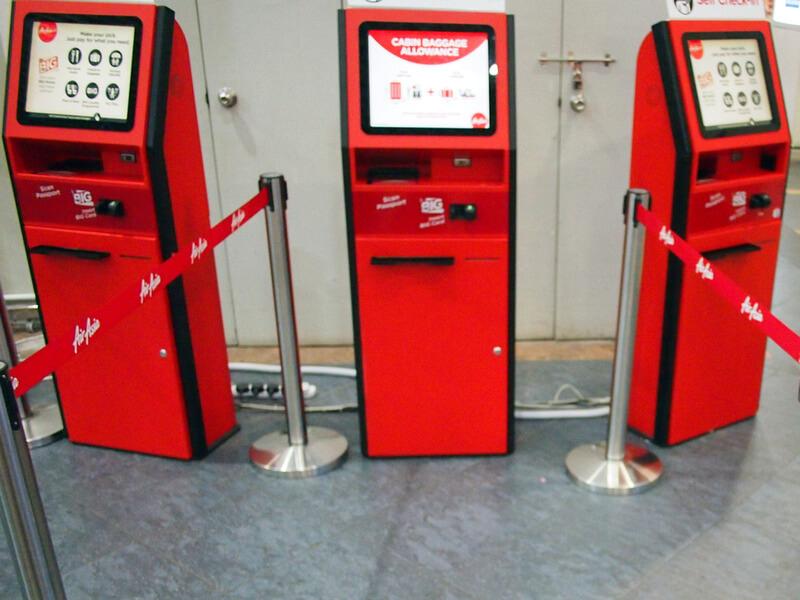 空港に設置されているエアアジアのセルフチェックイン機械(キオスク)