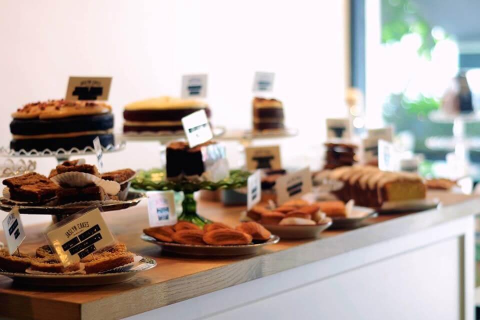 モントキアラのカフェ「Jaslyn Cakes」の店内とケーキ