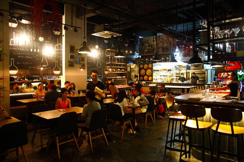 モントキアラで人気のベーカリーカフェ&バー「B-Lab」の店内
