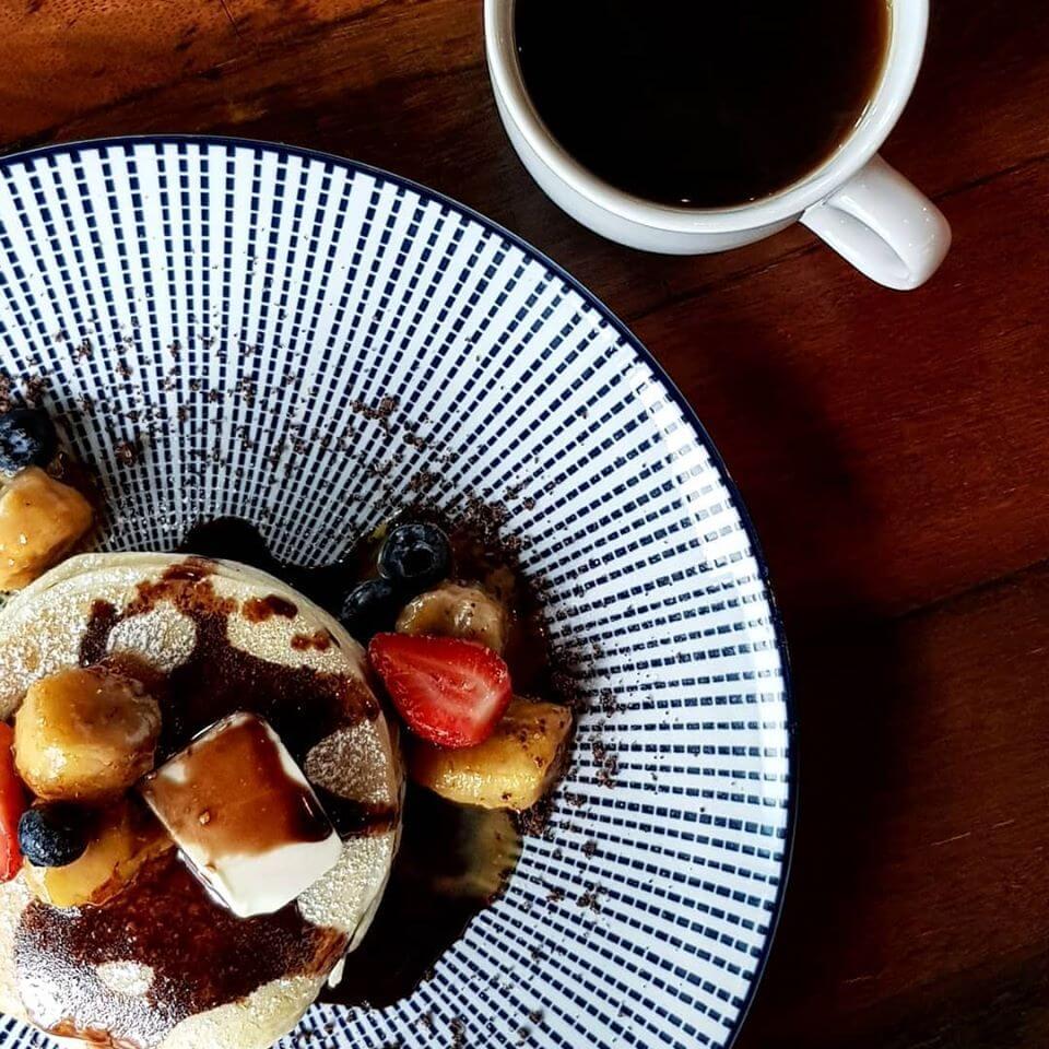 モントキアラのカフェ「The Read Beanbag」の人気のあるパンケーキとコーヒー