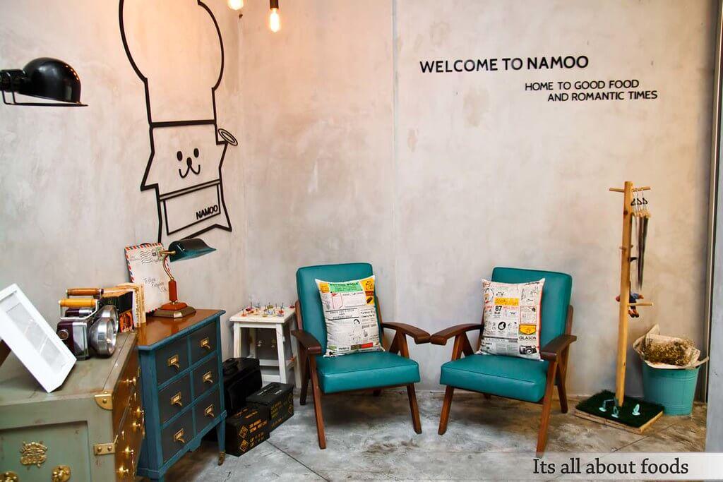 モントキアラのカフェ「Namoo Korean Dessert Cafe n Bistro on the park」のマスコットキャラクターとお洒落なインテリア