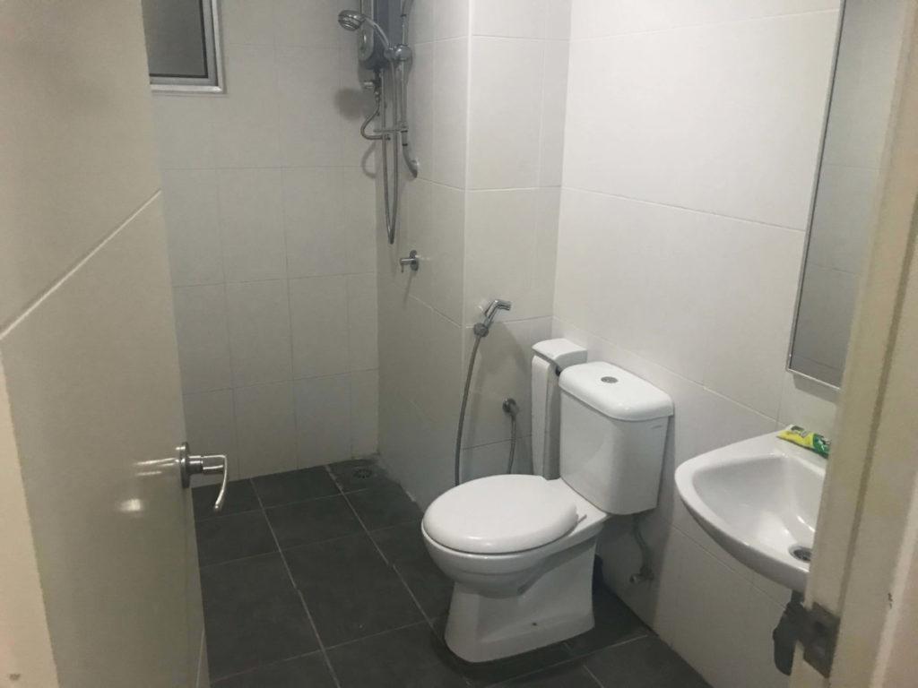 モントキアラのコンドミニアム「Aston Kiara 3」の共有シャワー・トイレルーム