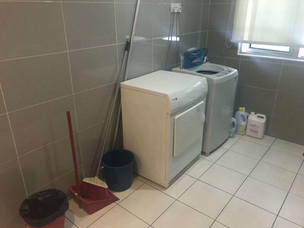 モントキアラのコンドミニアム「Aston Kiara 3」の洗濯機と乾燥機