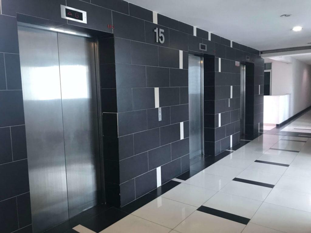 モントキアラのコンドミニアム「Aston Kiara 3」のエレベーターホール