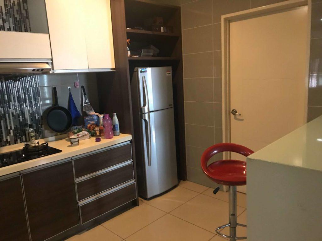 モントキアラのコンドミニアム「Aston Kiara 3」のキッチンスペースと冷蔵庫