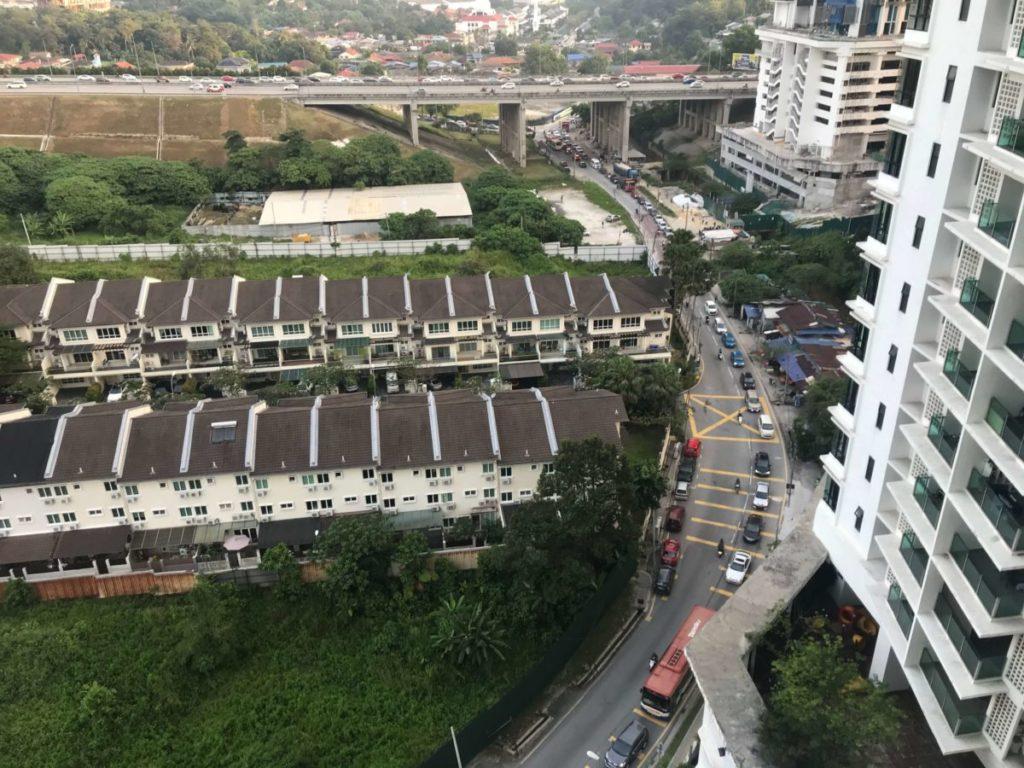 マレーシア・クアラルンプール郊外のモントキアラ、早朝の通勤ラッシュで渋滞する様子
