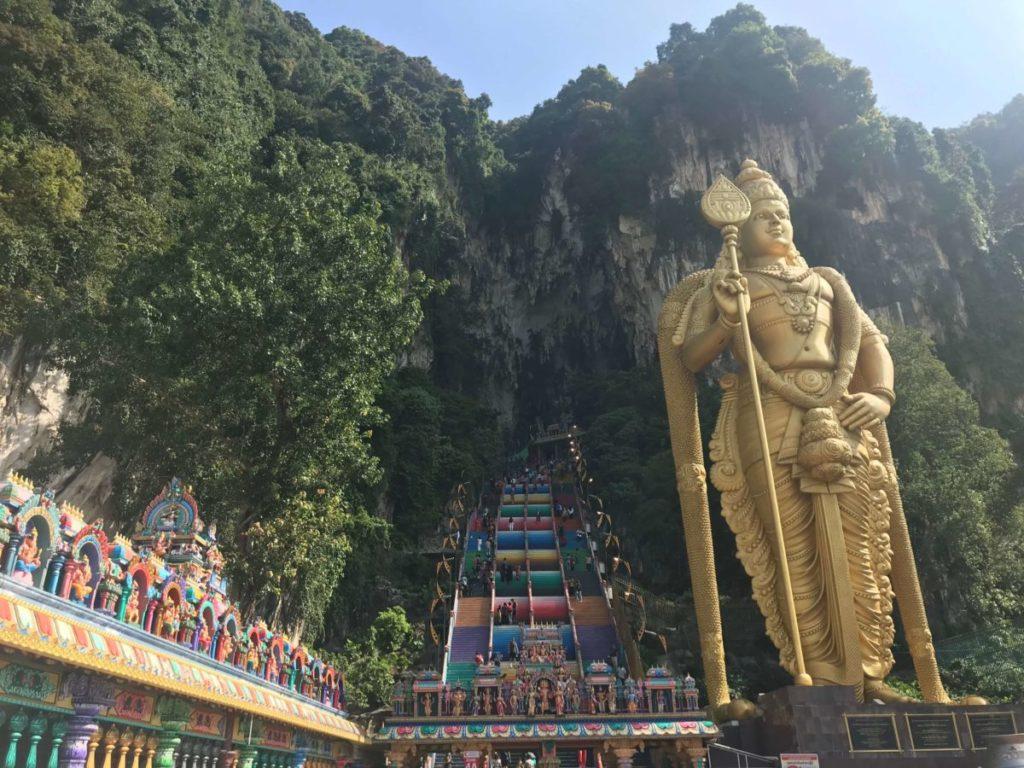 バトゥ洞窟のカラフルな272段の階段