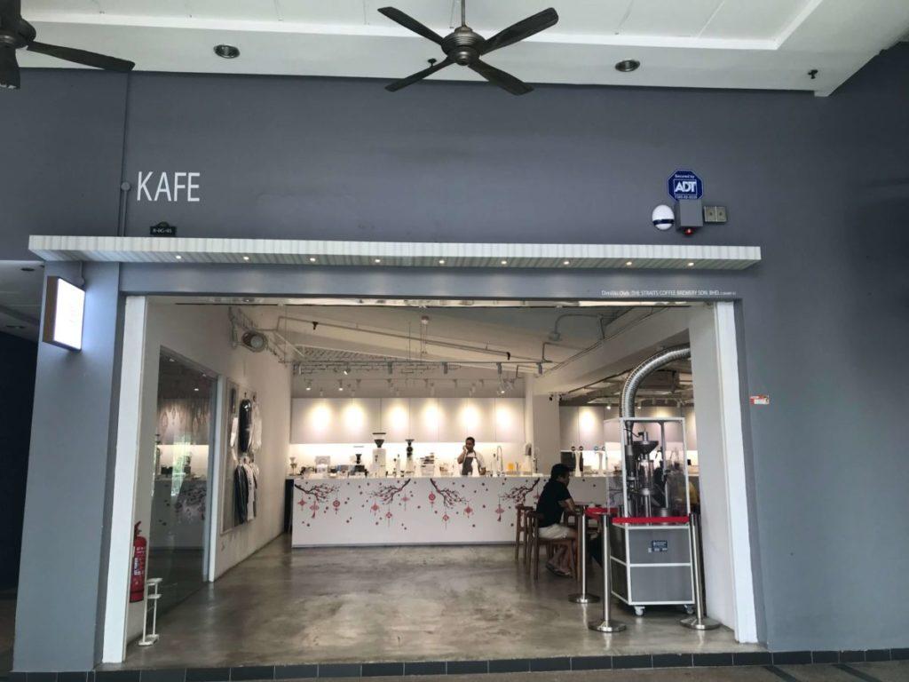 プラザモントキアラの1階に出店しているカフェ「Whats On Tap」の外観